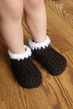 "This is a PDF crochet pattern for a super fast and comfy pair of slippers for kids, in toddler through big kids sizes! This pattern complements my ""Adult Chunky Slippers"", also available for free here: http://www.ravelry.com/patterns/library/adult-chunky-slip..."