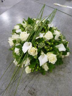 Wit met gebroken gras Flower Centerpieces, Wedding Centerpieces, Flower Arrangements, Memorial Flowers, Funeral Arrangements, Sympathy Flowers, Funeral Flowers, Flower Designs, Floral Wreath