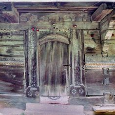 Portalul de la intrare este cel care se individualizează cel mai mult în ansamblu. Ușorii lui sunt acoperiți cu brâuri verticale bogat cioplite ce se unesc peste tocul ușii printr-o funie arcuită cu o cruce în mijloc. Crucea încadrată de două rozete laterale pare a fi o chintesență a temei calendarului creștin, crucea semnificând comemorarea Patimilor iar rozetele cele două solstiții solare.