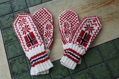 Flaggvotter pattern by Rauma Designs Norwegian Style, Knit Mittens, Yarn Projects, Knitting Accessories, Hand Knitting, Knit Crochet, Gloves, Crafty, Wool
