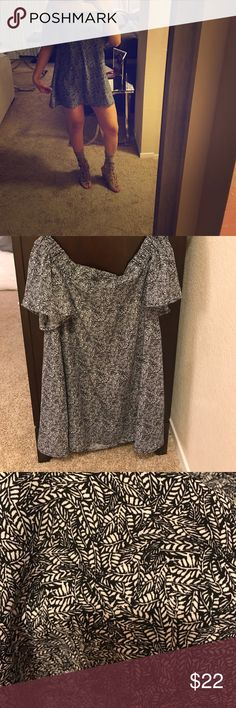 NWOT Alythea off the shoulder dress Flirty off the shoulder dress with a gorgeous print. Never worn (except to take these pics). Show off your legs ! Alythea Dresses