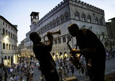 Steve McCurry- street performers in Italy