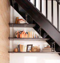 Aménagements sous escaliers, tablettes en hêtre lamellé collé massif à peindre ou à vernir (épaisseur 23 mm), fixation et supports en inox. A partir de 100,15 euros. Lapeyre.