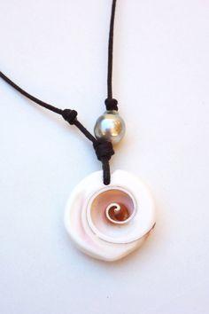 Perle de Tahiti et coquillage cuir collier femme par PerlaMundi