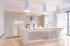 Architektura, wnętrza, technologia, design - HomeSquare - - Find See Buy & design your home Apartment Kitchen, Home Decor Kitchen, Interior Design Living Room, Glossy Kitchen, Gray And White Kitchen, Cocinas Kitchen, Kitchen Island With Seating, Small Room Bedroom, Design Your Home