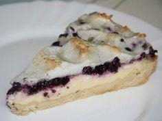 Quarkkuchen mit einem Kuchenboden aus Linzerteig mit süßem Quark und Obst, mit Eiweißschnee überbacken.