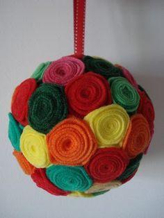 Bolas de Natal com flores de feltro industrial Mais