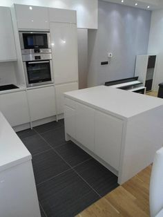 #dankuchen witte designkeuken met eiland en kastenwand