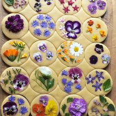 ITS ALL IN THE FLOWERS Bringing baking queen loriastern to your attention again because her flower pressed shortbread cookies are that Kreative Snacks, Flower Sugar Cookies, Chalkboard Mag, Flower Food, Shortbread Cookies, Edible Cookies, Tea Cookies, Cookie Decorating, Food Art