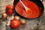 This guide contains tips and recipes for making spaghetti sauce from fresh tomatoes. One great method is to make tomato sauce and either freeze or can it. This is a guide about making spaghetti sauce using fresh tomatoes from your garden. Making Spaghetti Sauce, Italian Spaghetti Sauce, Homemade Spaghetti Sauce, Spagetti Sauce, Vegetarian Spaghetti, Fresh Tomato Sauce Recipe, Homemade Tomato Sauce, Homemade Marinara, Homemade Pasta