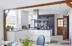 Moderne keuken in landelijke omgeving.