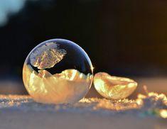 極寒の朝に氷結した「クリスタル化したシャボン玉」透ける太陽に、金色に輝く姿に目を奪われる