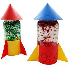 Leuk Idee: een echte raket maken! Hoe? Leeg potje vullen met water & glitters. Op deksel een hoedje als punt. Versierde strook met driehoeken aan de onderkant. Voor stoere ruimtemannen.