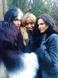 Merrin Dungey ‏@RealMerrinD : Tonight's the night!!#QueensOfDarkness #OUAT @VictoriaSmurfit @LanaParrilla