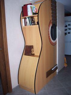 Original y creativo diseño de un mueble en forma de guitarra, vía chachylee, España.