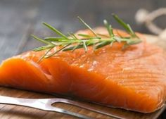 Cooking fish or any seafood can be tricky on a charcoal grill. These wood fired healthy recipes for salmon, crab and many other fish recipes will keep your waste line on check. Superfoods, Foods For Depression, Depression Symptoms, Carb Cycling Diet, Diet Apps, Smoked Salmon, Winter Food, Healthy Choices, Seafood