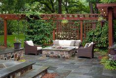 offenes Design mit Bruchsteinen gemauert und Rattan-Sitzmöbel