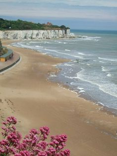 Broadstairs, Stone Bay, Kent, a coastal town seaside resort on the Isle of… Magic Places, Places To Visit, Strand Resort, British Seaside, The Seaside, British Beaches, Kent England, Margate England, Margate Kent