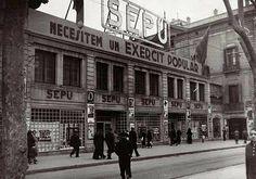 Estos grandes almacenes, durante la década de 1930, sufrieron una fuerte campaña en su contra por parte de Falange. El diario falangista Arriba acusaba directamente a esta compañía de explotar a sus empleados gozando de algún tipo de connivencia con el poder..