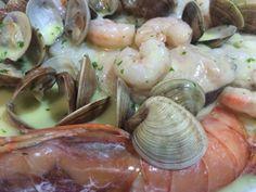 Pescado en salsa verde con gambones y almejas