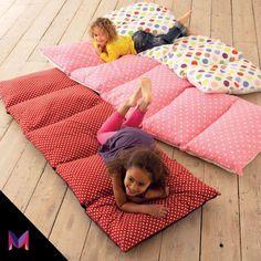 Quer seu colchão portátil? Costure cinco travesseiros em sequência e voilá!