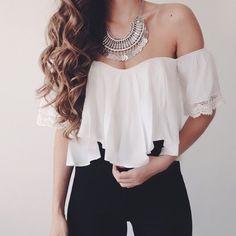 No hay nada mas romantico que una blusa de hombros descubiertos.  El hermoso Eva crop top esta disponible en blanco y negro en www.styleonthird.com  Para pedidos escribenos a styleonthird@gmail.com / o a nuestro Whatsapp +507 695 96757