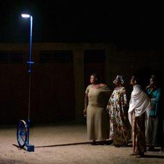 Mujeres-malienses-iluminadas-por-farola-LED-portatil-Foroba-Yelen-alimentada-con-energia-solar