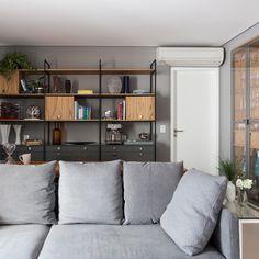 Cor cinza: 60 ideias para usar o tom na decoração com muita criatividade Decoration, Bookcase, Loft, Shelves, Home Decor, Grey Office, Grey Palette, Visual Comfort, Plank Wall Bathroom