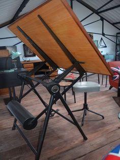 Table à dessin pliante industrielle de marque Heliolithe Lyon-Paris de type architecte. Le plateau est entièrement en bois massif avec alaise en acajou. Celui-ci est  réglable e - 11320853