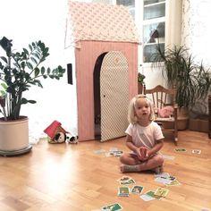 """Eines Tages kam der Papa mit einer riesigen Pappschachtel nachhause und verkündet: """"Kleine Fräulein, ich bau dir ein Haus."""" -"""