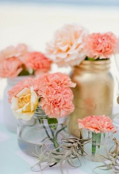 Tischdeko aus Nelken und Rosen in Einweckgläsern