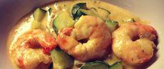 Curry de courgettes et crevettes pour 2 6 crevettes 1 courgette 1 oignon rouge 1 briquette de lait de coco 2 càc de pâte de curry rouge 1 càc d'huile de coco