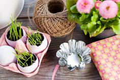 If you are wondering how to decorate your table for the Easter brunch, then you are at the right place. These do-it-yourself Easter table decorations are