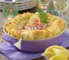 Laxgratäng med räkor och en krämig romsås kommer att göra succé på middagsbjudningen.