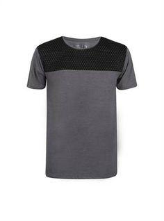 Camiseta masculina cinza com detalhe em preto na parte dos ombros - Visite Riachuelo.com.br