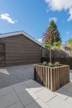 Blomsterkasse laget av hagesviller - design av Darren Saines Outdoor Furniture, Outdoor Decor, Outdoor Storage, Plants, Diy, Design, Home Decor, Bricolage, Flora