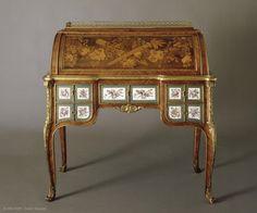 Ce secrétaire à cylindre orné de marqueterie et de plaques de porcelaine est l'œuvre de l'ébéniste Jean-François Leleu (1729-1807).