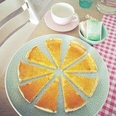 Yum yum yum! Deze taart ziet eruit en smaakt als een heerlijke custard taart. Echter, hij is zuivelvrij en vele malen gezonder. Én lekkerder!Heerlijk fris en licht en gezoet met maar 3 el honing. ...