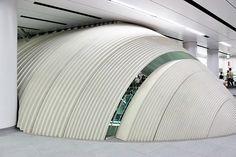 Estação metroviária de Shibuya, em Tóquio, Japão. Esta estação é um centro vital na rede de transporte público de Tóquio, ligando trens e metrôs com bicicletas (a estação proporciona um espaço para estacionamento de bicicletas ), ônibus e o sempre pesado tráfego de pedestres de Tóquio. No dia de semana normal, a estação vê mais de dois milhões de passageiros, tornando-se uma das mais movimentadas estações ferroviárias no Japão. Arquiteto: Tadao Ando.