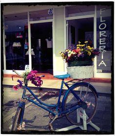 Entrega de flores en bicicleta Bicycle, Flowers, Stuff Stuff, Flower Delivery, Bicycles, Wedding, Bike, Bicycle Kick, Royal Icing Flowers