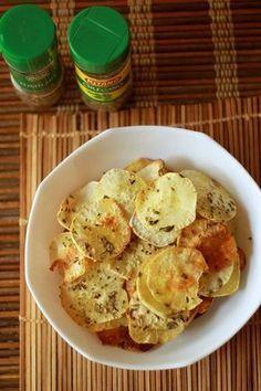 """Batata doce (ou batata salsa ou mesmo a batata inglesa) """"chips"""" ao forno. Tempere as batatas ainda cruas com azeite de oliva, sal, pimenta do reino, orégano e tomilho."""