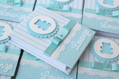 Lembrancinhas de Maternidade: Ideias incríveis para inspirar! Regalo Baby Shower, Baby Shower Favors, Baby Boy Shower, Shower Gifts, Baby Invitations, Shower Invitations, Ideas Bautismo, Post It Holder, Outside Baby Showers