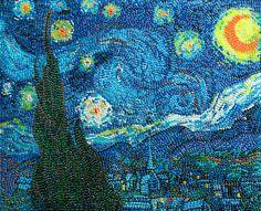"""Olha isso: a artista Kristen Cumings recriou obras de arte famosas como a """"Garota com Brinco de Pérola"""", """"Mona Lisa"""", """"Noite Estrelada"""" e muito mais, usando uma grande quantidade de jujubas (Jelly Beans)! As peças fazem parte de sua coleção intitulada Jelly Belly Bean Art. Os resultados ficaram super bacanas!"""