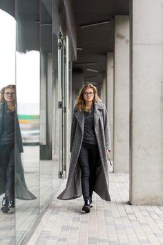 Długi, zawadiacki płaszcz. Wełna. Long, rakish coat. Made of wool. http://www.bee.com.pl/e-sklep/