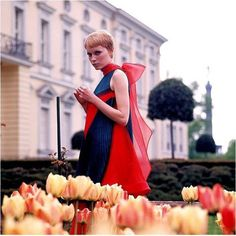 Actriz Mia Farrow, com vestido de Pierre Cardin. Mia farrow 1968 wearing Pierre Cardin (Shrimpton Couture recently sold a piece form this same collection and we currently have a solid brown dress using this same pleating technique! Mia Farrow, 1960s Fashion, Vintage Fashion, Women's Fashion, Vintage Photography, Fashion Photography, 1960s Looks, Vintage Outfits, Moda Retro