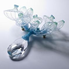 """""""A Soft rain I"""" par SeulGi Kwon. Silicone, pigments, fil, paillettes et pendant de verre."""