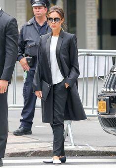 Fashion-Looks: In New York gibt sich Victoria Beckham sehr klassisch in Schwarz-Weiß: Der schmale Kurzmantel ist ein langes Jackett mit Smoking-Revers und die schwarz-weißen spitzen Slipper sind eine schöne Alternative zu ihren üblichen High Heels - und machen den Gentleman-Look komplett.