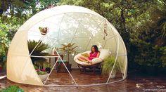 湿度と温度が保たれた空間で、植物や野菜を育てるコンサバトリー(温室)。全面透明なガラス張りで、燦々と太陽の光が降り注ぐ、あの空間に着想を得て製作したテントがあります。これ、中が丸見えなだけに、キャンプ仕様というよりは別の用途がありそうですが…。丸見えドーム型テントのおしゃれな使い道北極や南極の観測基地のような半球体型のこのドームは、屋外の生活空間を、もっと人々が楽しく演出できるようにとドイツ...