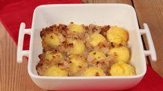 Ricetta Klocki (crocchette) di patate con formaggio: Bollite le patate sbucciate e schiacciatele un po' mentre sono ancora calde, quindi fatele raffreddare leggermente. A questo punto miscelate le patate schiacciate con l'uovo, il latte, la farina, il formaggio sminuzzato e formate delle palline...