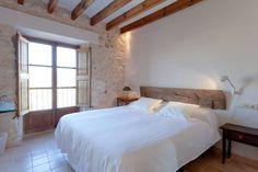 Bed & Breakfast in Llubí, Spanien. Wir haben dieses Haus mit dem Wunsch reformiert, daraus ein kleines, aber besonders gemütliches Hotel zu schaffen. L'Hotel de la Vila soll ein Heim bieten für jene, die einige angenehme Tage lang das ruhige Dorfleben Mallorkas geniessen wollen.  W...
